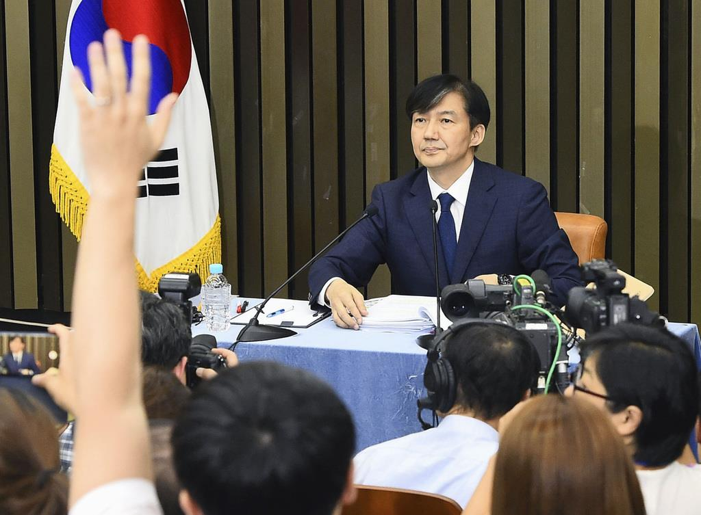 2日、ソウルで記者会見する韓国法相候補のチョ・グク氏(聯合=共同)