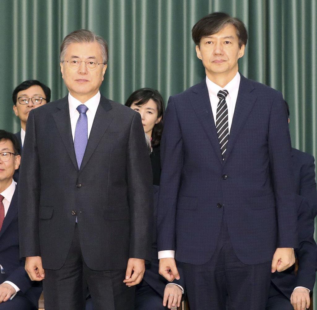 韓国大統領府で開かれたチョ・グク氏(右)の法相任命式で記念撮影する文在寅大統領(左)=9日、ソウル(聯合=共同)