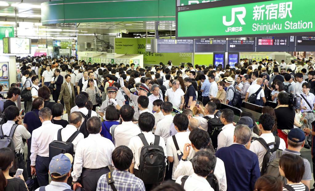 台風15号の影響で混み合う新宿駅=9日午前