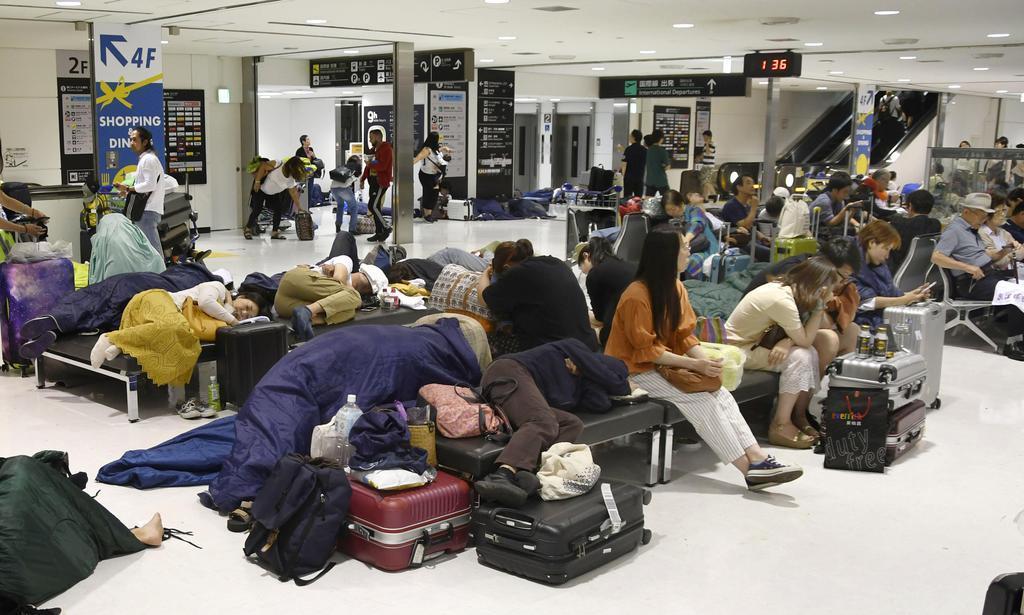 台風15号の影響で足止めされ、成田空港で一夜を過ごす利用客ら=10日午前1時すぎ