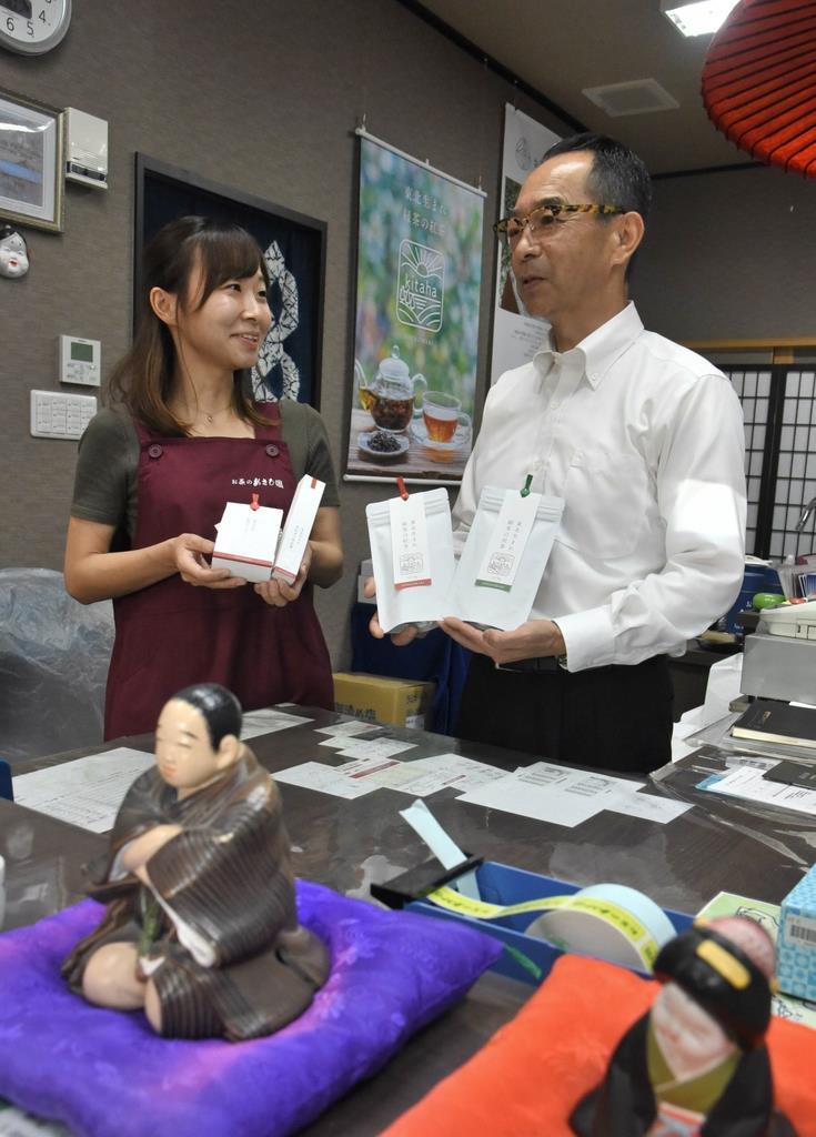 「お茶のあさひ園」社長の日野雅晴さん(右)と次女の朱夏さん。雅晴さんは「石巻を和紅茶の聖地にしたい」と意気込む=10日、宮城県石巻市(千葉元撮影)