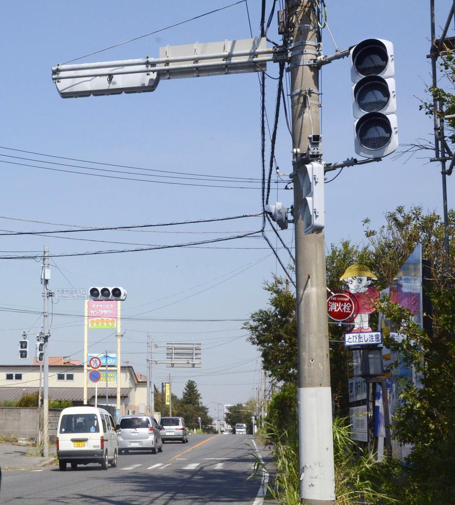 台風15号による停電の影響で消えたままの信号機=10日午前、千葉県市原市
