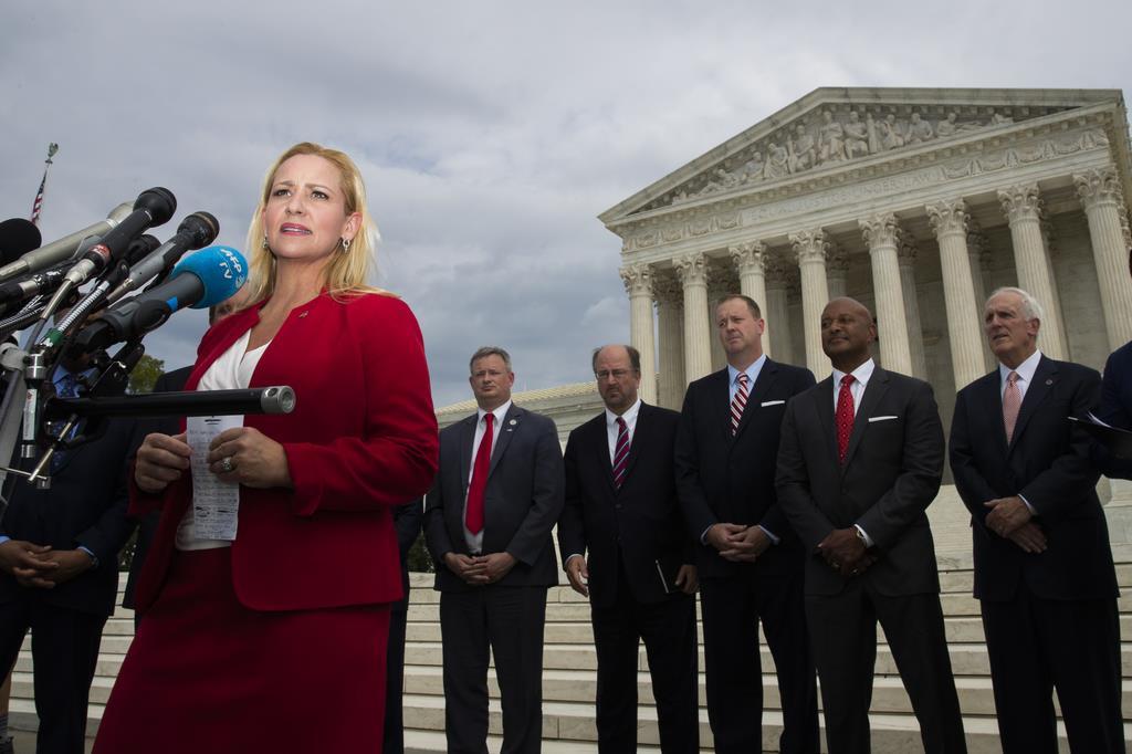 米国最高裁前で記者の質問に答えるアーカンソー州のレスリー・ラトリッジ司法長官=9日、ワシントン(AP)