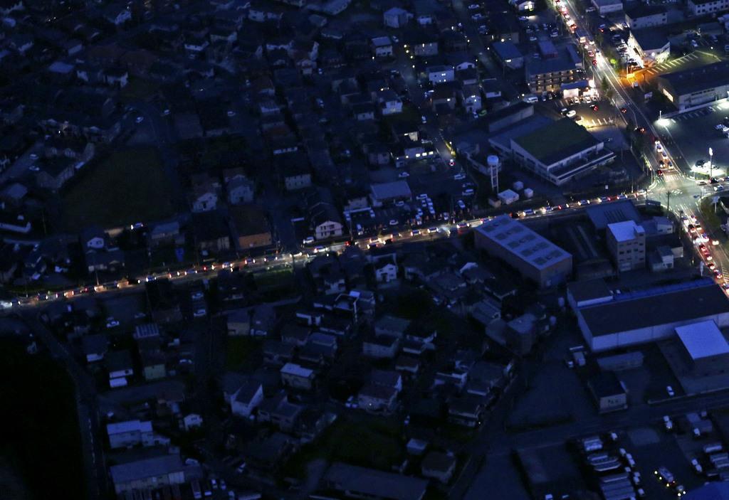 台風15号のため、停電が続く千葉県市原市。県内では鉄塔2基が倒壊するなどしており、復旧は多くの場所で11日以降になる見込みだ=10日午後6時19分(共同通信社ヘリから)