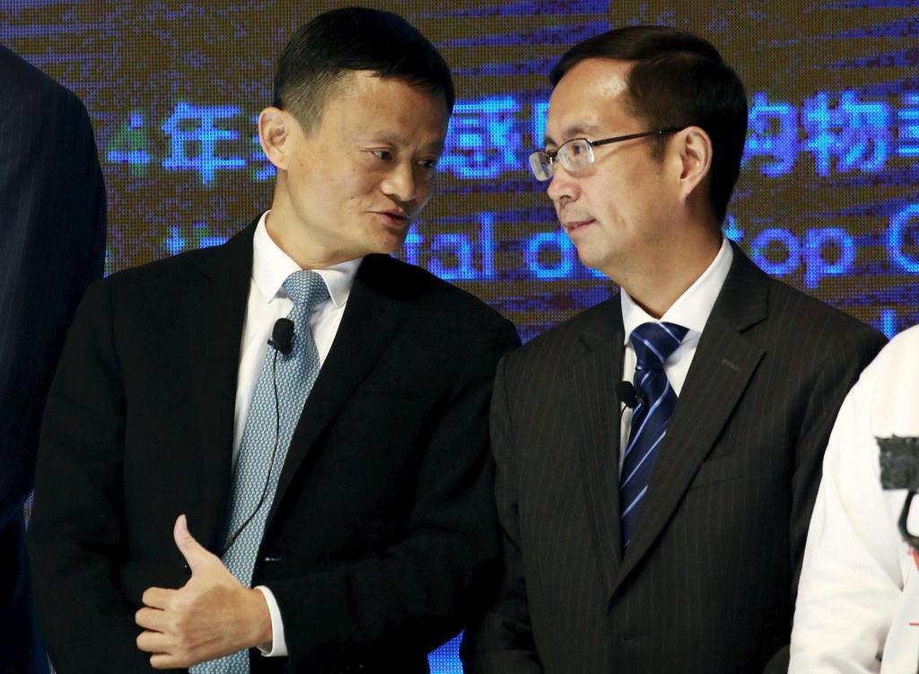 アリババグループの馬雲会長(左)と張勇最高経営責任者=2015年11月、北京(ロイター)