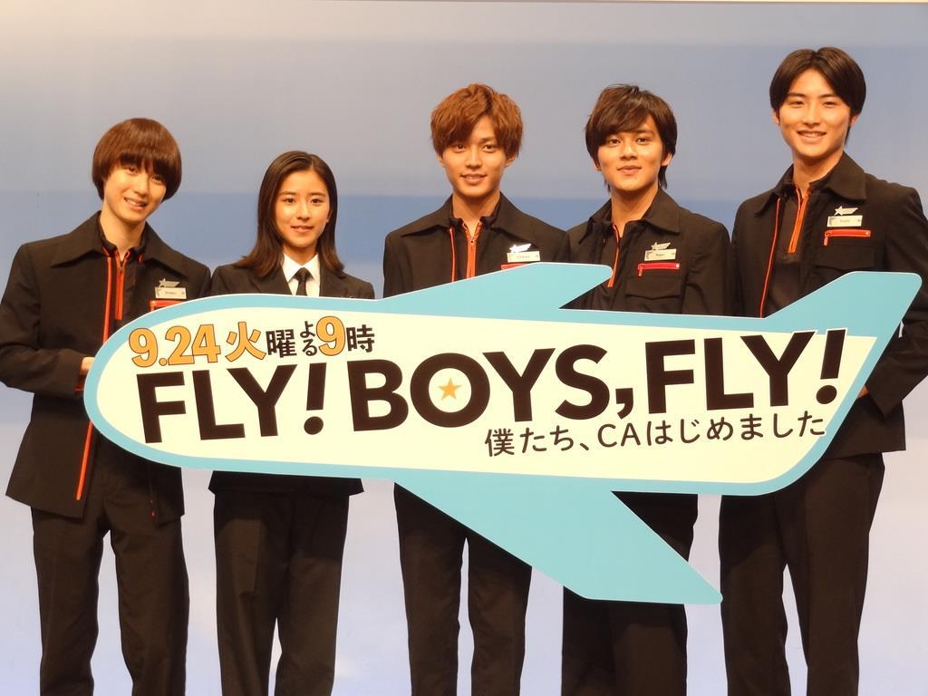 永瀬廉(中央)、北村匠海(右から2人目)、黒島結菜(左から2人目)らチームワークばっちりの出演者たち=東京・砧の東京メディアシティ