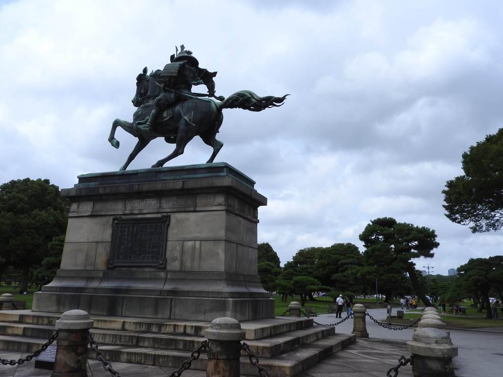 皇居外苑の楠木正成像(背面から)。この楠公像の視線の先には皇居がある=8月15日、東京都千代田区(関厚夫撮影)