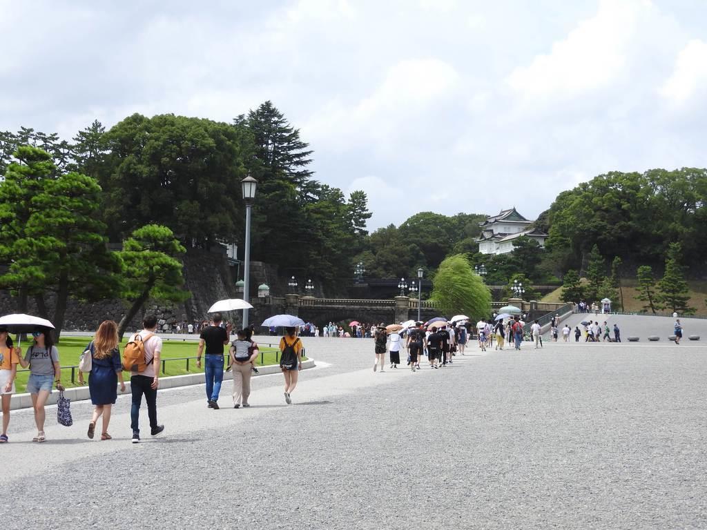 終戦の日、皇居前広場で。世界からの観光客が巡礼するかのように列をつくっていた=8月15日正午すぎ、東京都千代田区(関厚夫撮影)