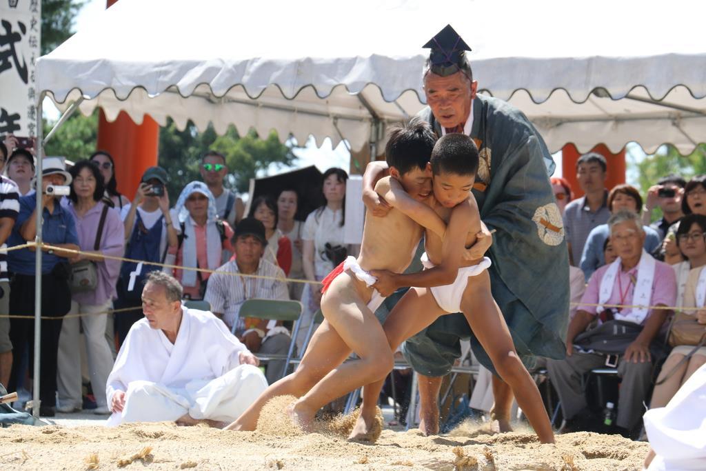 地元の子供たちによる烏相撲=京都市北区