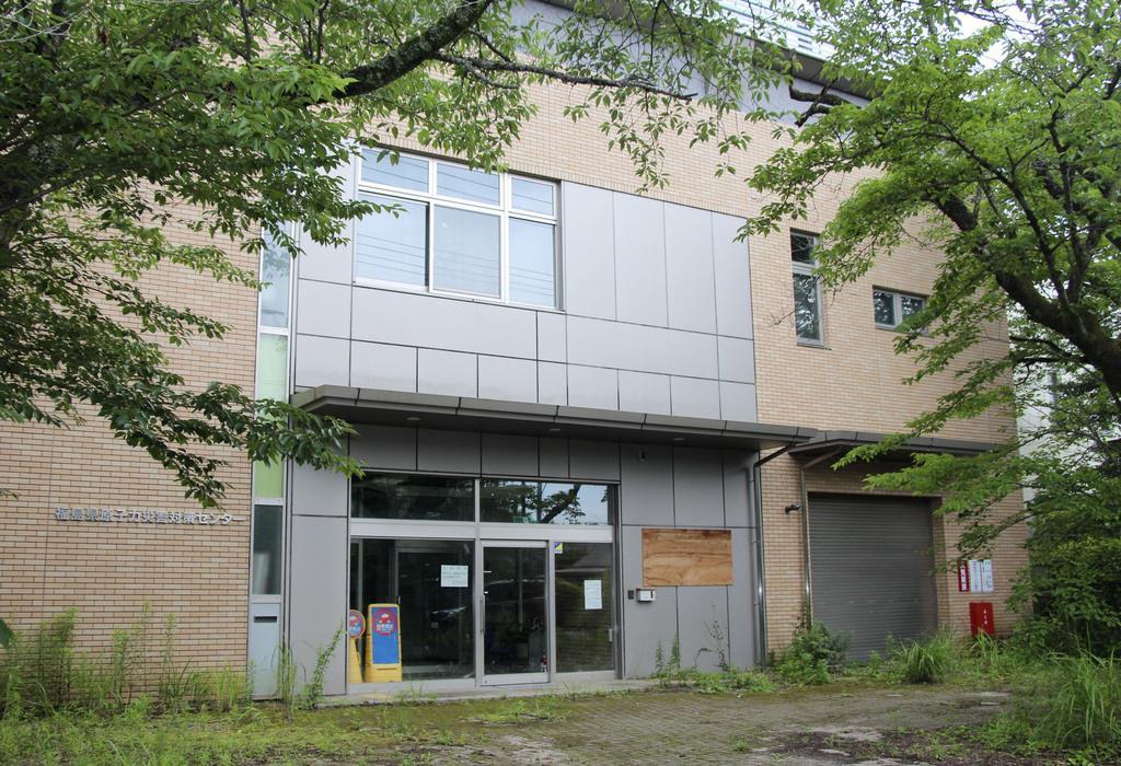 解体される旧原子力災害対策センター=7月、福島県大熊町