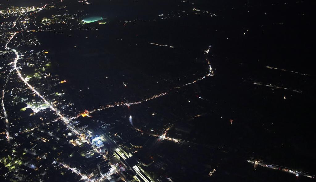 台風15号のため、停電が続く千葉市緑区。県内では鉄塔2基が倒壊するなどしており、復旧は多くの場所で11日以降になる見込みだ=10日午後6時42分(共同通信社ヘリから)