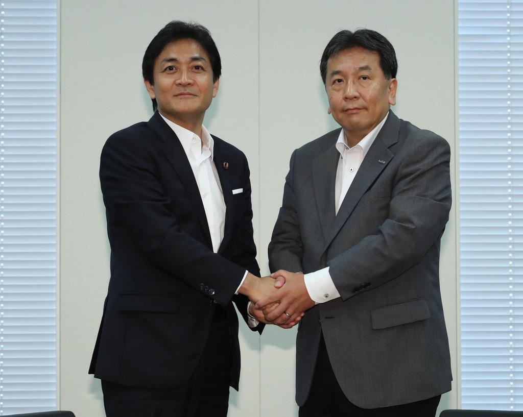 握手を交わす国民民主党・玉木雄一郎代表(左)と立憲民主党・枝野幸男代表=7月26日、国会内(春名中撮影)