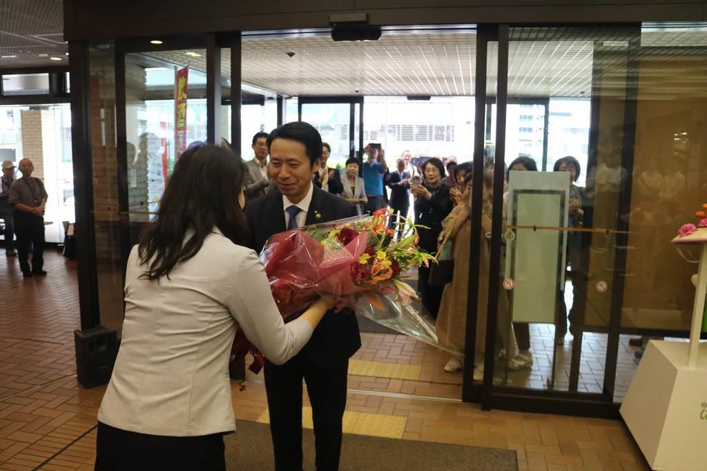 再選後初めて登庁し職員から花束を贈られる佐藤孝弘山形市長=10日、山形市役所(柏崎幸三撮影)