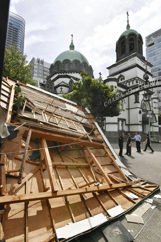台風15号の影響で事務所の屋根が被害を受けたニコライ堂=9日午前、千代田区