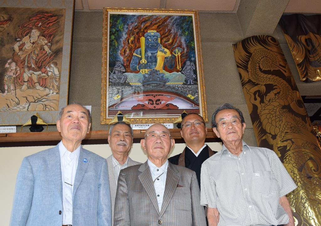 不動明王座像を描いた蕪木さん(左から2人目)と、光明寺の檀徒ら