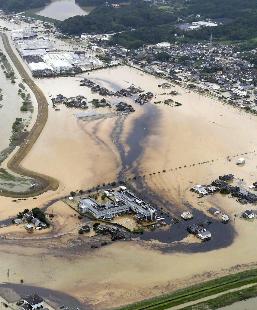 記録的大雨の影響で工場から油が流出した佐賀県大町町=8月28日