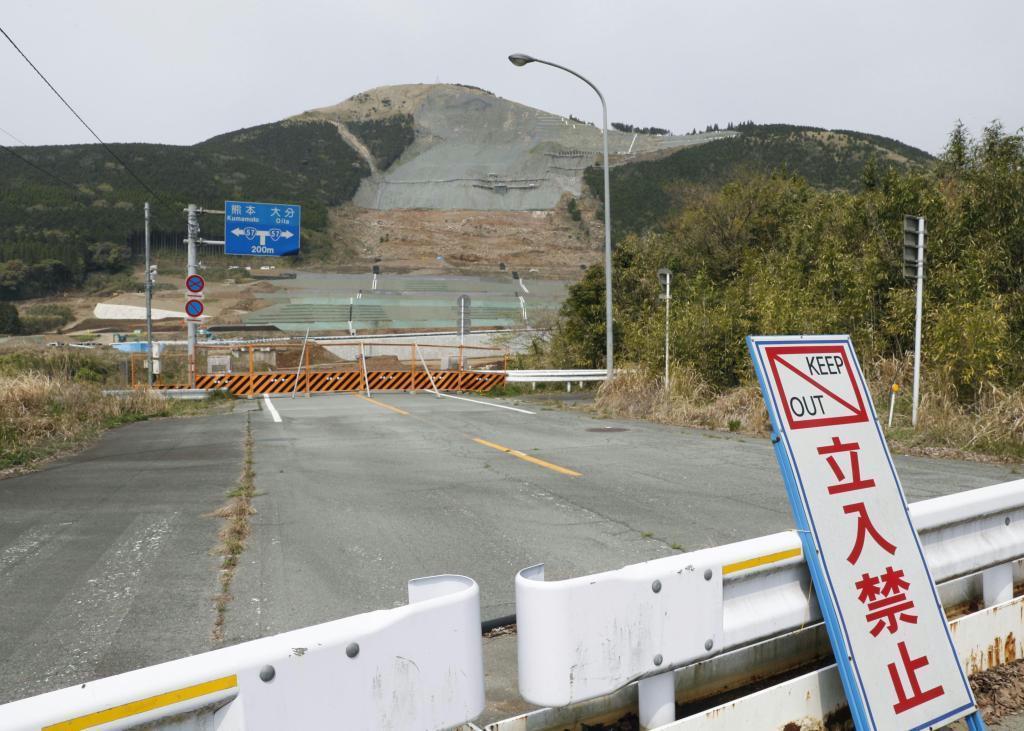 熊本地震で国道57号の寸断や阿蘇大橋の崩落が起きた熊本県南阿蘇村の土砂崩れ現場(奥)