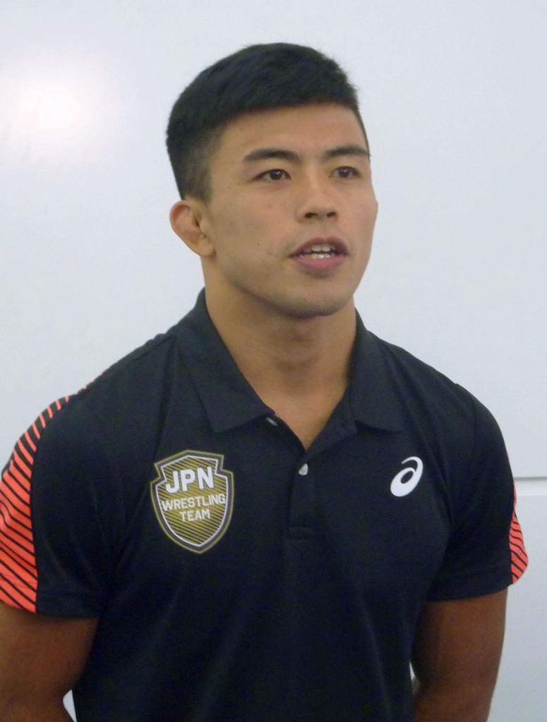レスリング世界選手権への出発前に意気込みを語る男子グレコローマンスタイル60キロ級の文田健一郎=10日、羽田空港