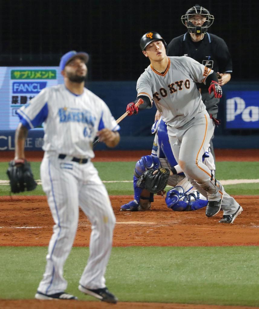 8回巨人2死、岡本が左中間に2打席連続の本塁打を放つ。投手エスコバー=横浜