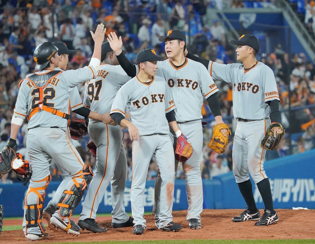 勝利のタッチをかわす岡本和真(右から二人目)ら巨人ナイン=横浜スタジアム(斎藤浩一撮影)