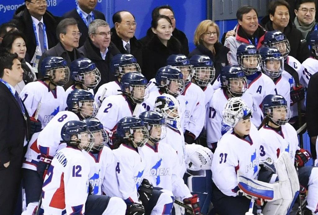 2018年2月、平昌冬季五輪のアイスホッケー女子で結成された韓国と北朝鮮の合同チーム。(最後列の左2人目から)韓国の文在寅大統領、IOCのバッハ会長、北朝鮮の金永南・最高人民会議常任委員長(当時)、金与正・朝鮮労働党第1副部長=韓国・江陵(共同)