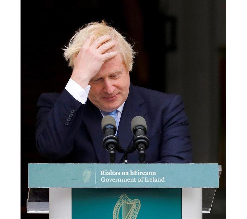 英国のジョンソン首相=9日、アイルランド・ダブリン(ロイター)