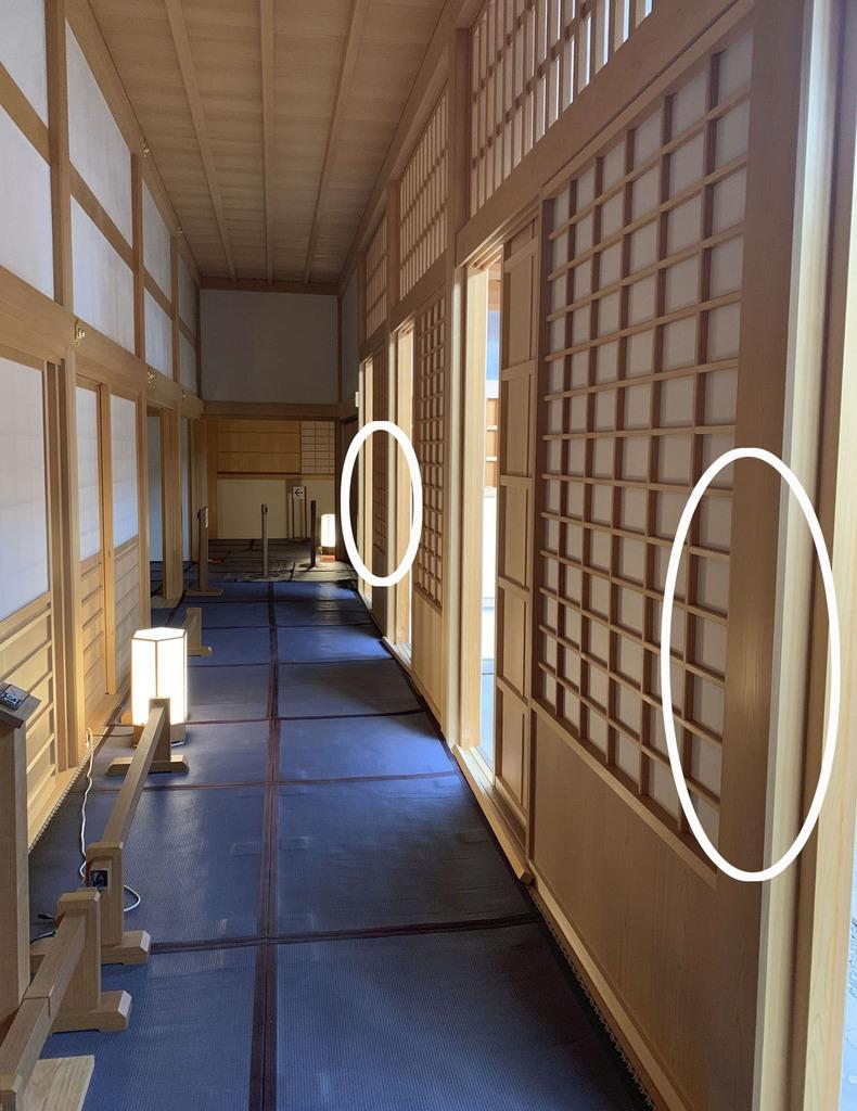名古屋市の名古屋城本丸御殿の内部。柱2カ所の丸印部分に傷が付けられているのが見つかった=6日(名古屋市提供)