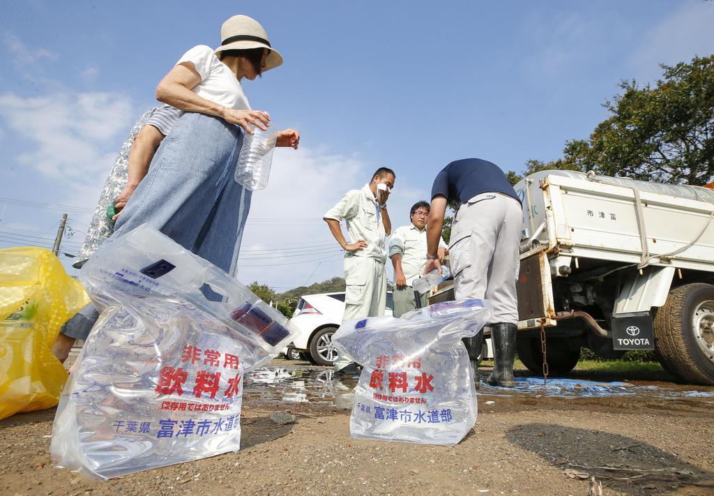 断水が続く地区で提供された飲料水=11日午後2時51分、千葉県富津市