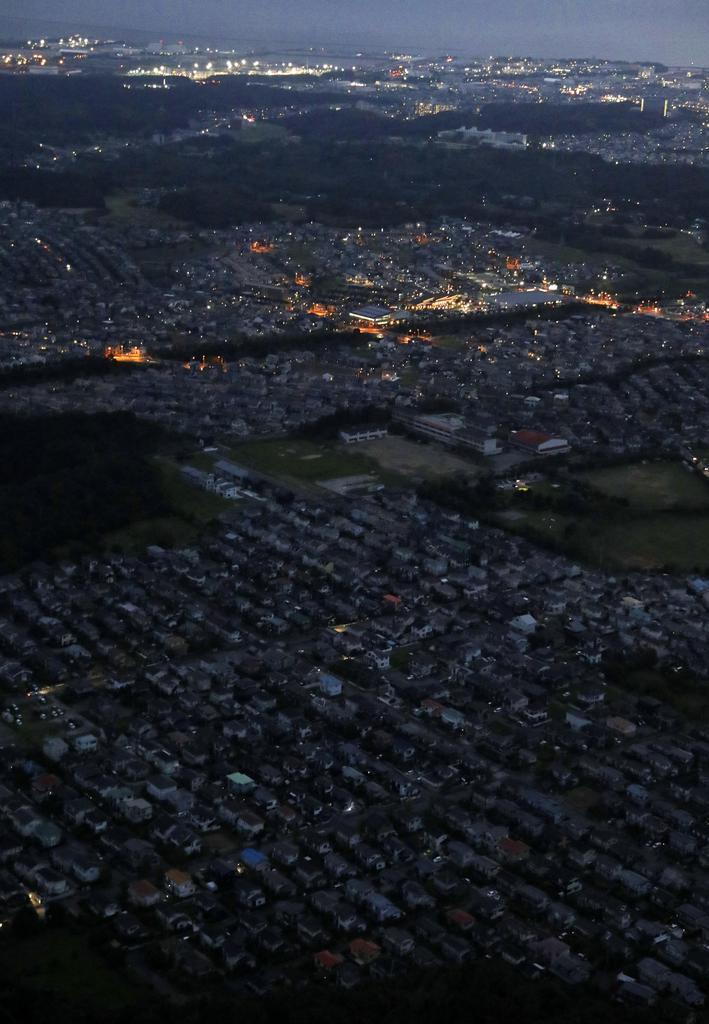 台風15号の影響による停電が続く千葉県木更津市の住宅街(手前)=11日午後6時9分(共同通信社ヘリから)