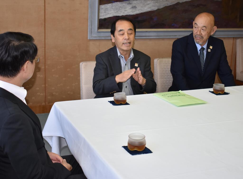 全国ろうあ者体育大会の準備状況を説明する全日本ろうあ連盟の石野富志三郎理事長(右から2人目)ら=鳥取市