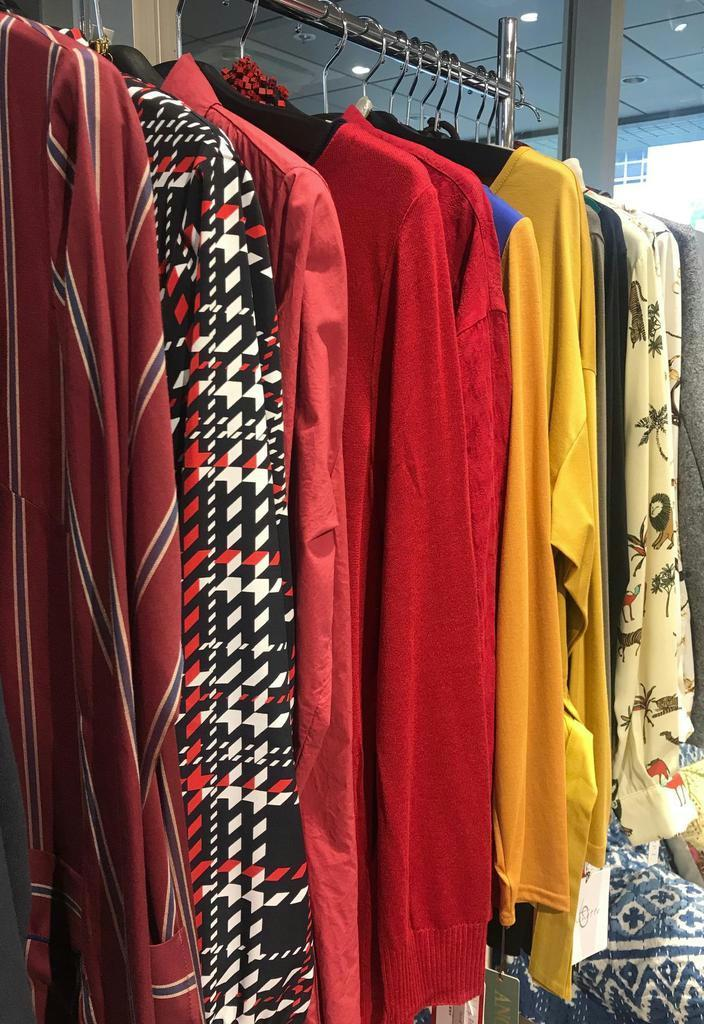 秋冬トレンドの赤系統のシャツ