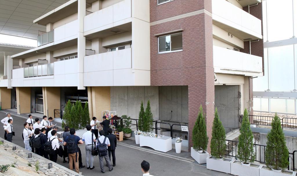 JR福知山線脱線事故の現場マンション。一帯は慰霊施設「祈りの杜」として整備されている=11日午後、兵庫県尼崎市(前川純一郎撮影)