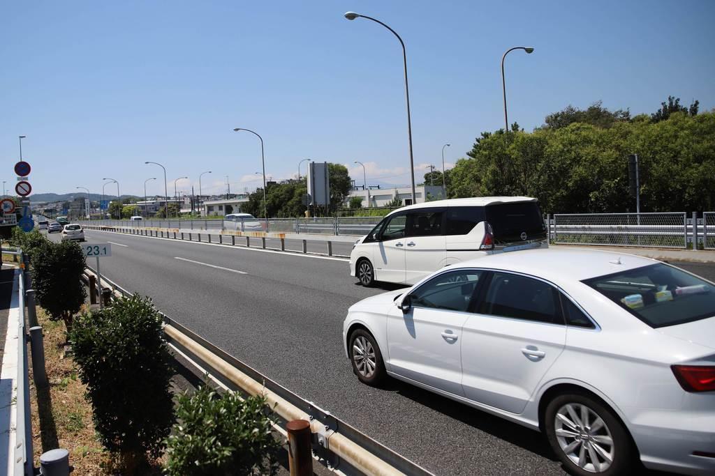 たくさんの車両が行き交う小田原厚木道路=神奈川県平塚市