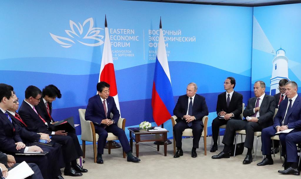 会談に臨む安倍晋三首相(中央左)とロシアのプーチン大統領(同右)=9月5日、ロシア・ウラジオストク(ロイター)