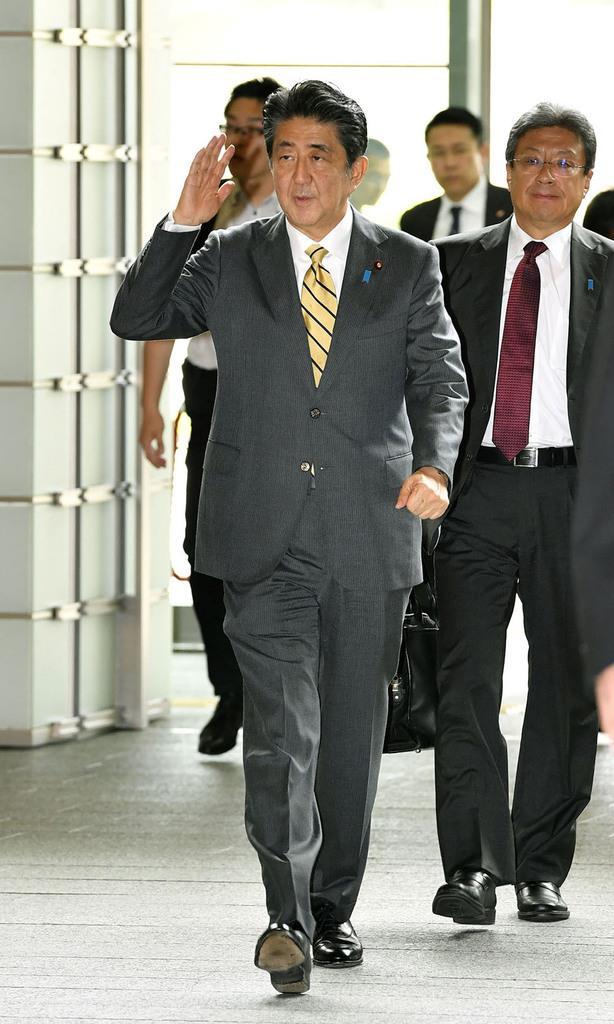 首相官邸に入る安倍首相=11日午前
