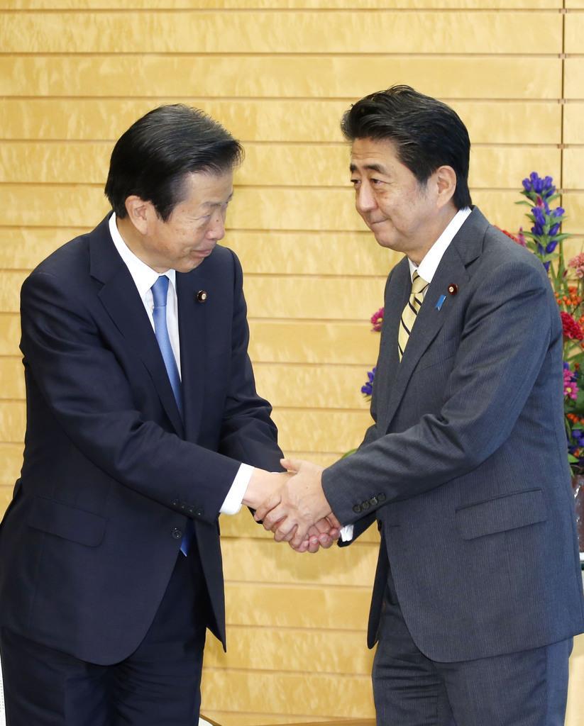 党首会談を前に握手する公明党の山口代表(左)と安倍首相=11日午後、首相官邸