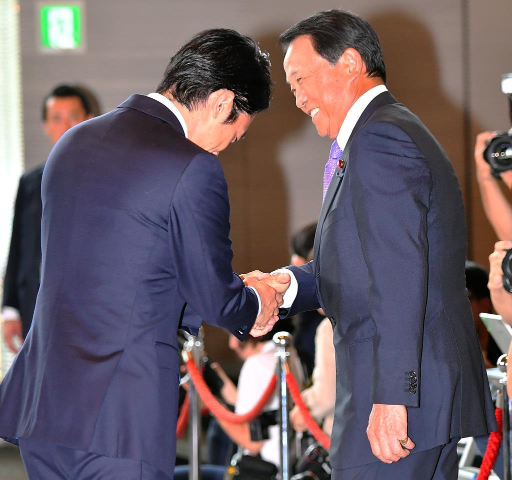 握手を交わす麻生太郎氏と小泉進次郎氏(左)=11日午後、首相官邸(三尾郁恵撮影)