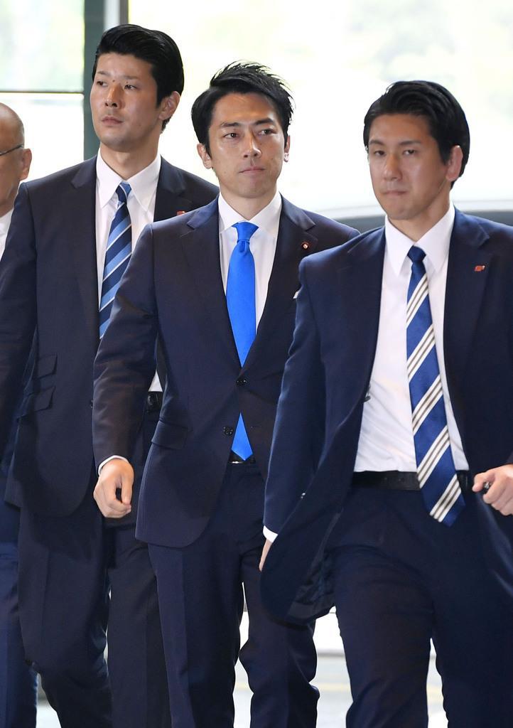 環境相に決まり、首相官邸に入る小泉進次郎氏(中央)=11日午後