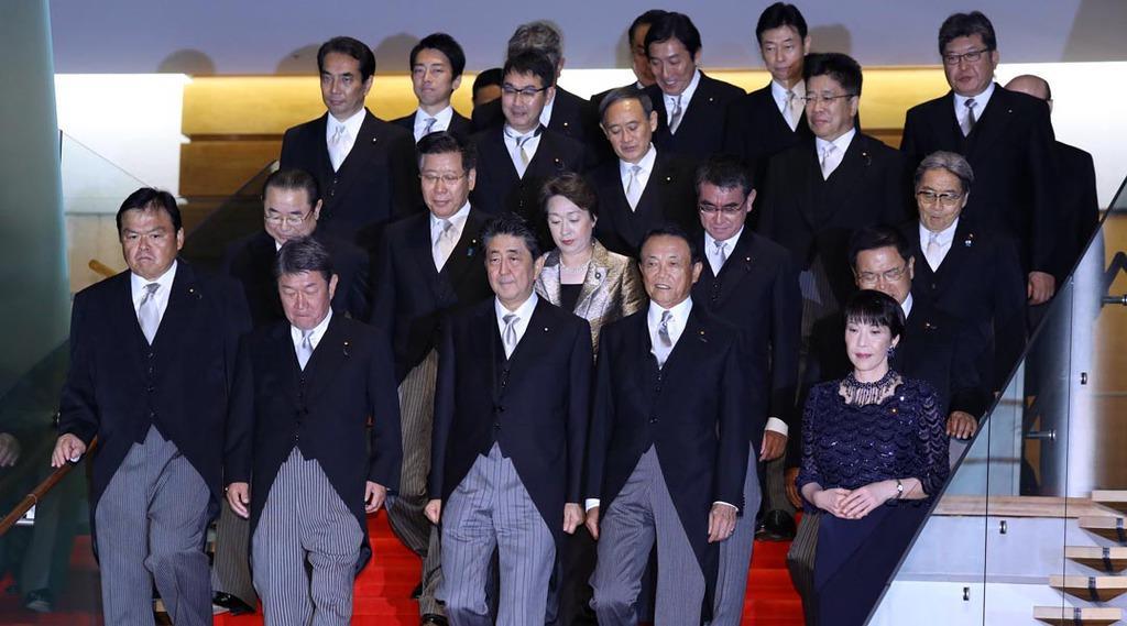 記念撮影に臨む安倍晋三首相(前列中央)と新閣僚ら=11日午後、首相官邸(納冨康撮影)