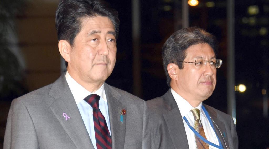 安倍晋三首相(左)と今井尚哉氏(酒巻俊介撮影)