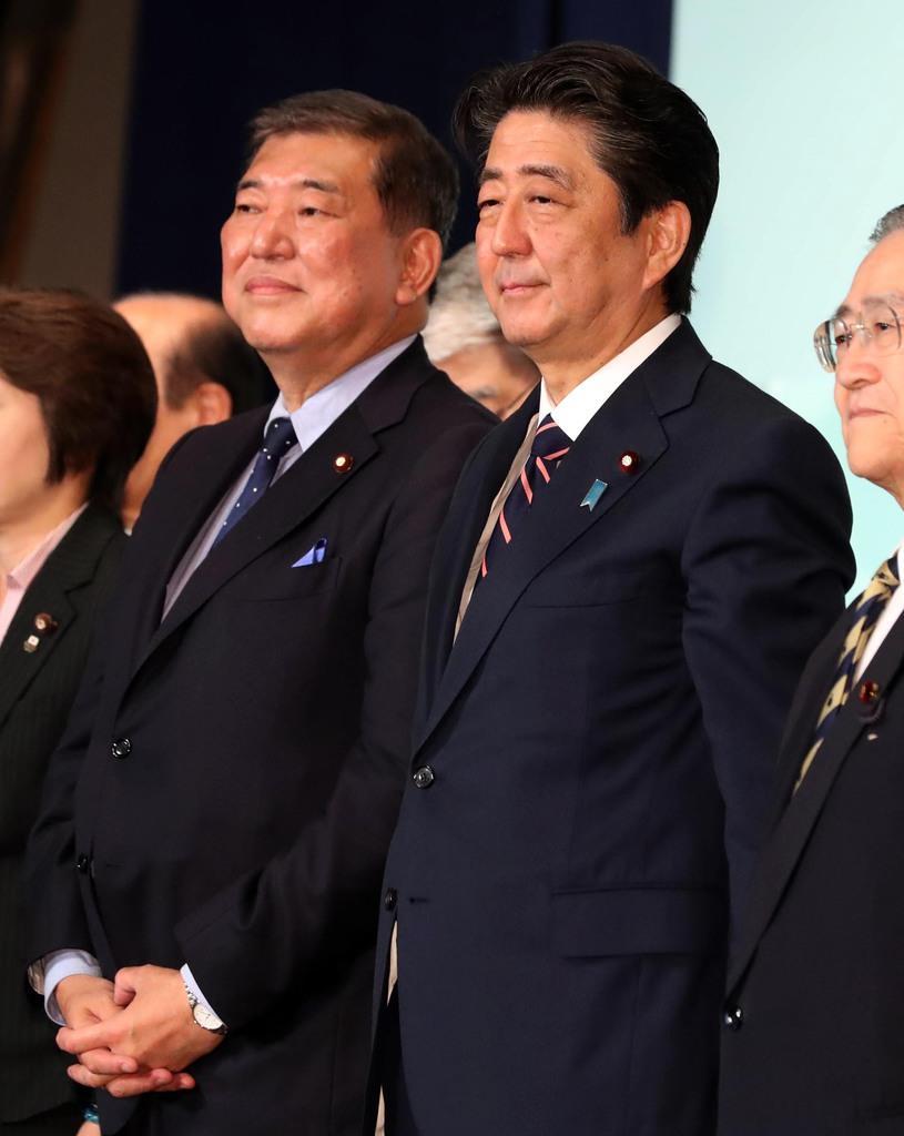 安倍晋三首相(右)と石破茂元幹事長(桐山弘太撮影)
