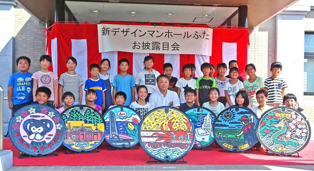 京丹後市が新マンホールふた披露 ばら寿司やカニ描く