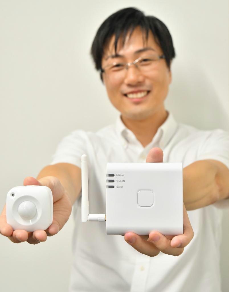 九電の新サービス「こねQと」で、室内に設置する小型センサーと通信機