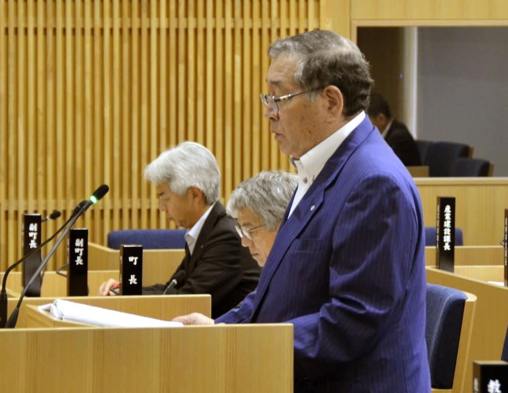 福島県大熊町の議会本会議で、退任の意向を表明する渡辺利綱町長=11日午前