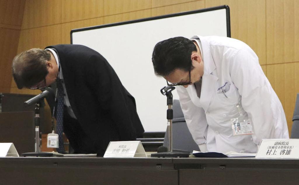 入院患者の死亡について、記者会見で陳謝する岐阜大病院の吉田和弘病院長(右)ら=11日午後、岐阜市