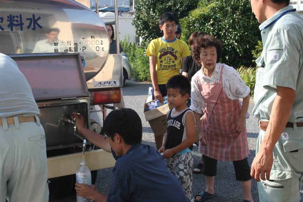 ペットボトルやポリタンクを手に給水車に列をつくる住民=11日、千葉県富津市(永田岳彦撮影)