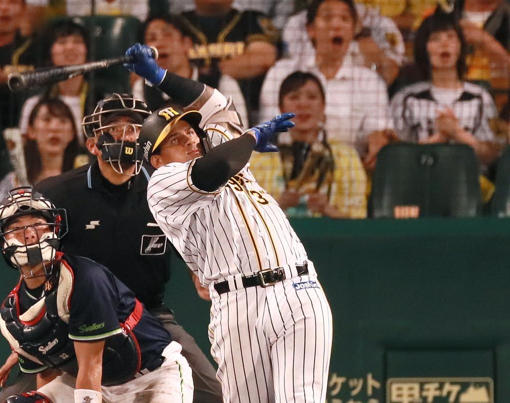 5回、2点本塁打を放つ阪神・ジェフリー・マルテ=甲子園球場(松永渉平撮影)
