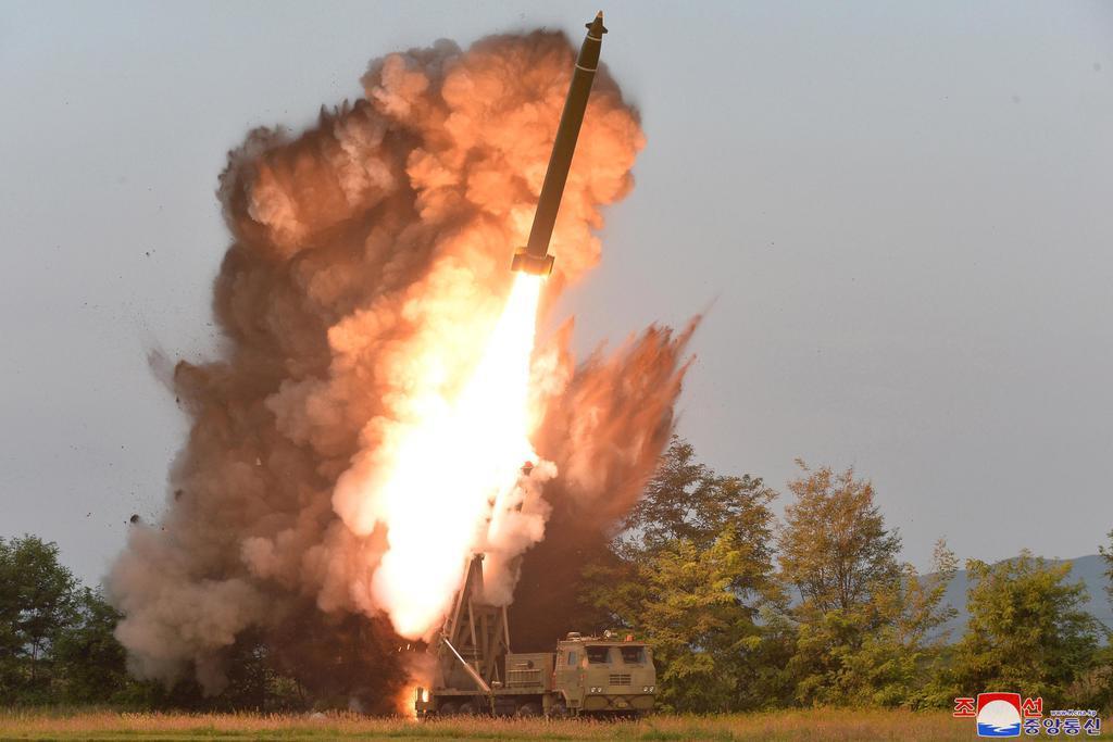 試射された「超大型多連装ロケット砲」=10日(朝鮮中央通信=共同)