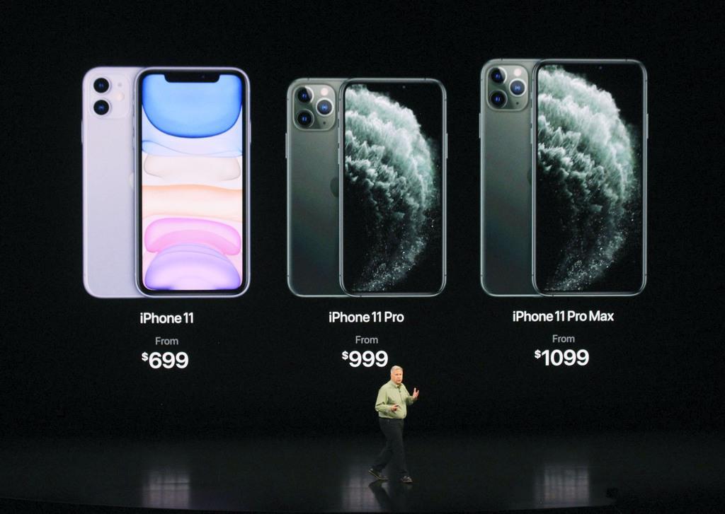 スマートフォン「iPhone」の新型「11」シリーズを発表するアップル幹部=10日、米カリフォルニア州クパチーノ(共同)