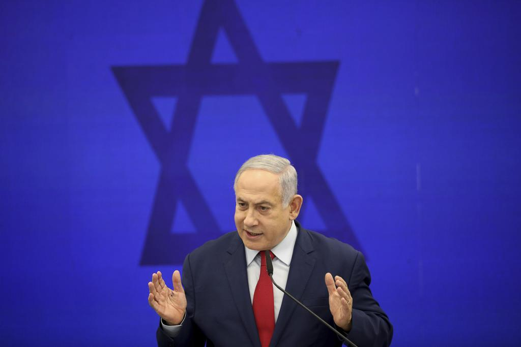 10日、イスラエルのテルアビブで開いた記者会見で発言するネタニヤフ首相(AP)